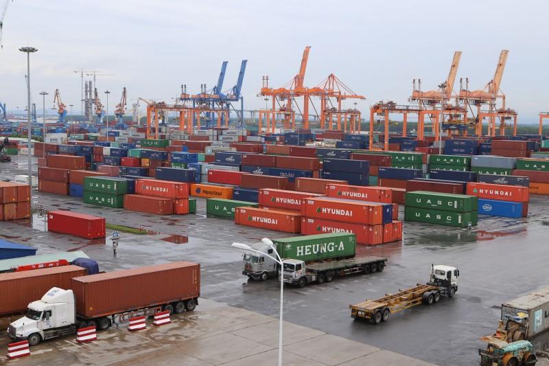 """Cụm cảng lớn nhất miền Bắc: """"Hút"""" container vì mạnh tay thay thiết bị"""