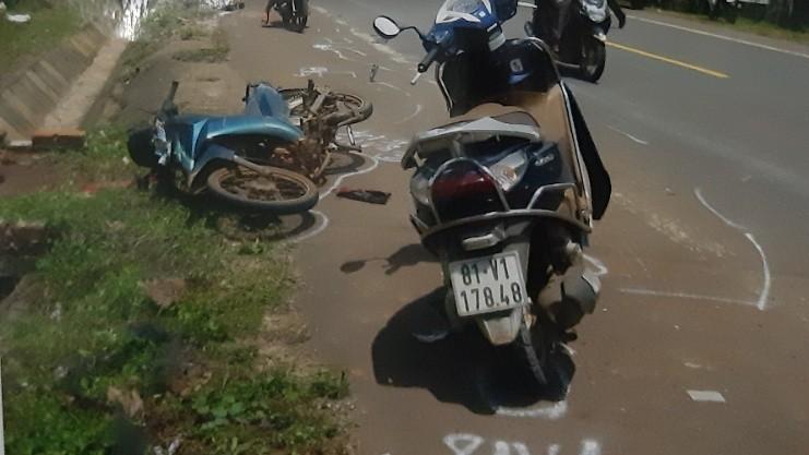 """Vụ tai nạn hi hữu """"2 tông 1"""" tại Gia Lai: Dấu hiệu bất thường khi ô tô """"vô can"""", xe máy bị tù"""