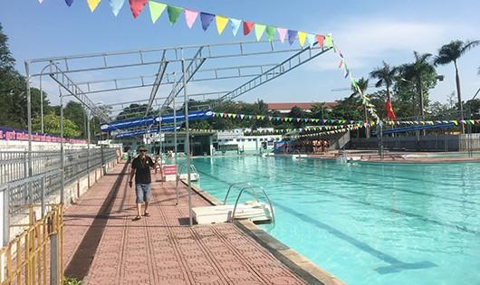 Một phụ nữ bị điện giật trong bể bơi