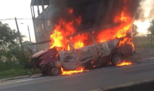Xe 16 chỗ lật ngửa trên đường, cháy như đuốc khi về gara