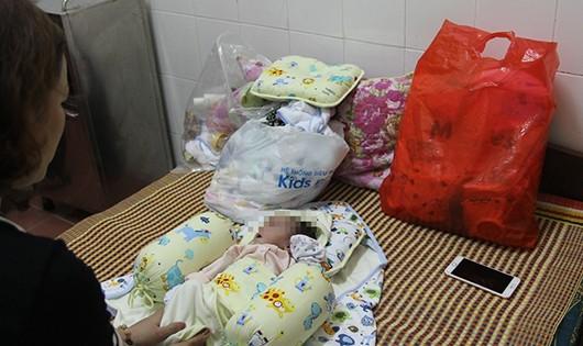 Đi thể dục phát hiện bé trai 2 tháng tuổi bị bỏ rơi bên đường