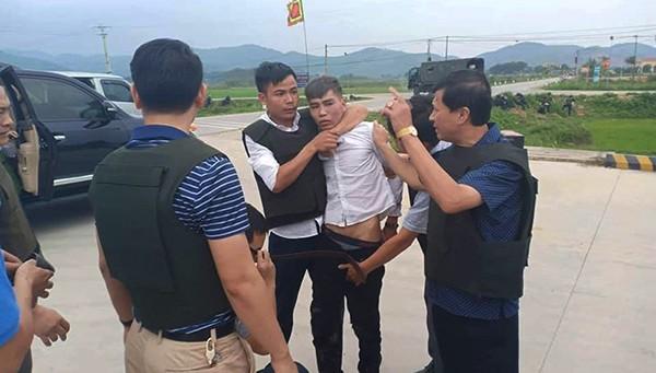 4 giờ vây bắt 3 đối tượng ôm súng cố thủ trong ô tô nghi chở ma túy