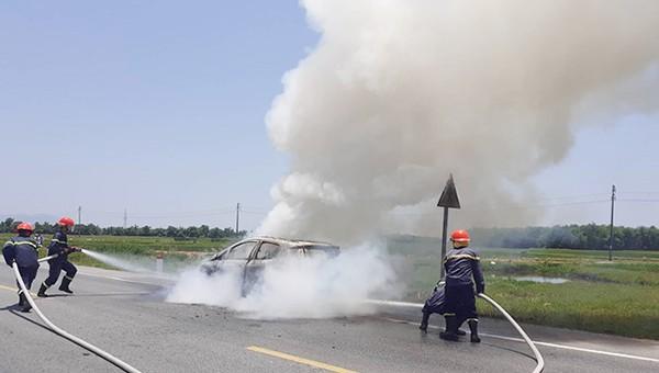 Ô tô bốc cháy trên đường đi bảo dưỡng