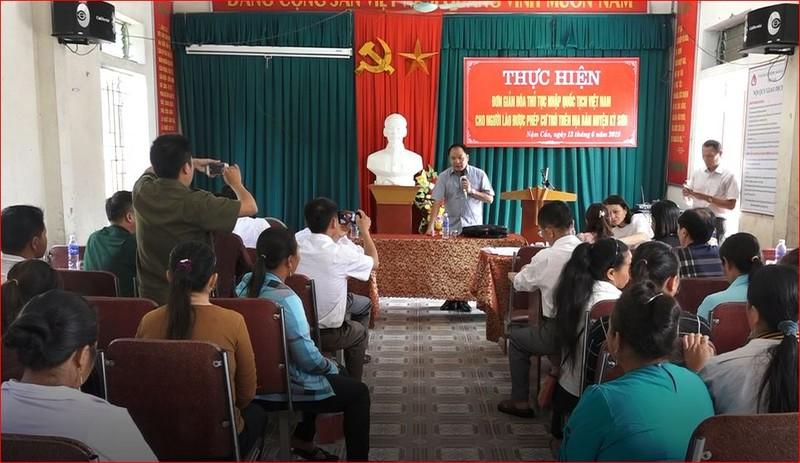 Người dân vùng biên Nghệ An phấn khởi làm thủ tục nhập quốc tịch