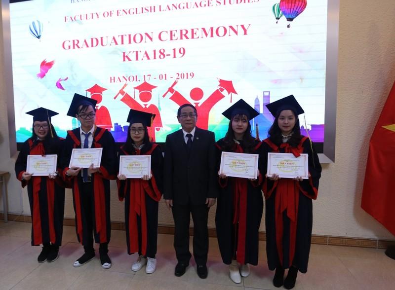 Khoa Ngôn ngữ Anh trao Bằng tốt nghiệp hệ Đại học chính quy cho sinh viên khóa 18 và khóa 19
