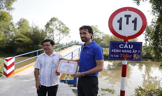 Khánh thành cây cầu được tái chế từ 520.000 nắp chai bia Tiger
