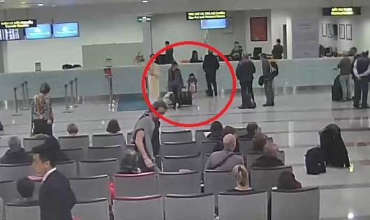 """Sân bay Nội Bài """"lên tiếng"""" chuyện bé 2 tuổi vạ vật chờ visa"""