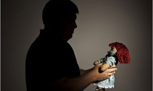 Mike đau đớn phát hiện đứa con gái vẫn yêu thương mỗi ngày không phải con ruột mình. Ảnh: Nytimes.