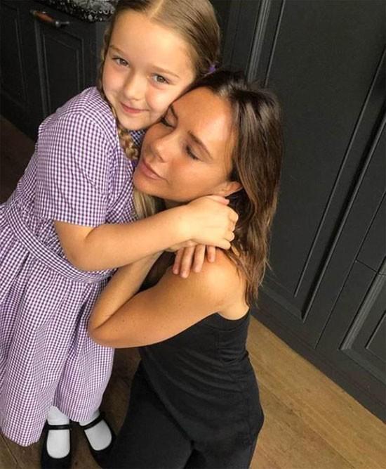 Vic và gái út Harper. Ảnh: NS.