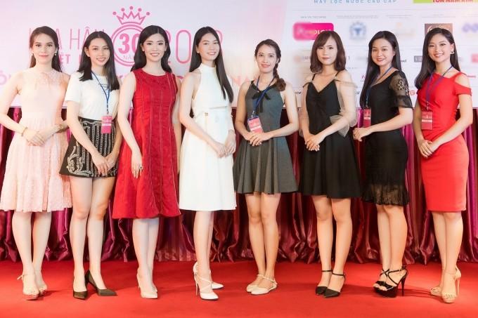Ngày 10/6, vòng thi sơ khảo khu vực miền Nam cuộc thi Hoa hậu Việt Nam 2018 diễn ra tại TP HCM. Từ 8h sáng, các thí sinh tập trung tại địađiểm tổ chức, nhận số báo danh, lắng nghe phổ biến từ ban tổ chức. Sau đó, các người đẹp bước vào vòng thi nhân trắc học và gặp ban giám khảo. Kết quả 31 thí sinh dược lựa chọn bước vào vòng chung khảo. Tuy nhiên, có 3 thí sinh khác cần đươhc kiểm tra y khoa bổ sung vào sang 11/6, nếu đủ điều kiện sẽ dược tham gia vòng sơ khảo.