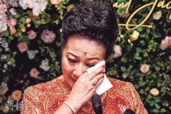 Nghệ sĩ Tiết khóc nghẹn ngào vì xúc độngtrong đám cưới con.
