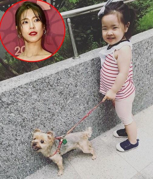 Cùng dắt chó đi dạo nào - bức ảnh ghi lại khoảnh khắc đáng yêu của con gái diễn viên Lee Soo Jin.