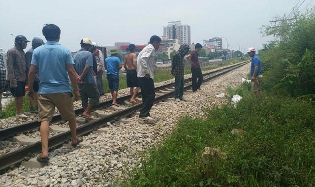 Hai người bị tàu hỏa hất văng khỏi đường ray thiệt mạng