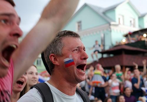 CĐV Nga tại một fanzone ở Vladimir, Moskva,xúc động hét vang đến lạc giọng khi đội nhà chiến thắng. Ảnh: Nhật Minh.