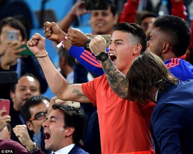 Phấn khịch khi đội nhà ghi bàn gỡ hoà 1-1 trước tuyển Anh
