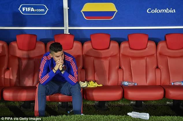 Sau trận đấu, ngôi sao của bóng đá Colombia ngồi chết lặng trong khu kỹ thuật