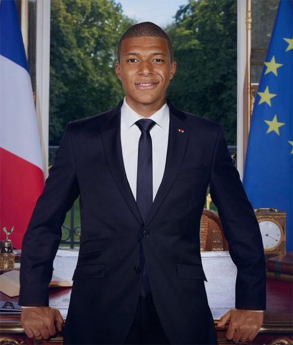 Chân sút 19 tuổi được các fan chế ảnh trở thành Tổng thống Pháp. Trong trận đấu, Tổng thống đương nhiệmEmmanuel Macron cũng có mặt trên khán đài cổ vũ Mbappe và các đồng đội.