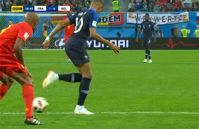 Tình huống diễn ra ở phút 56 khi Pháp vừa vươn lên dẫn 1-0 nhờ bàn thắng của Umtiti.