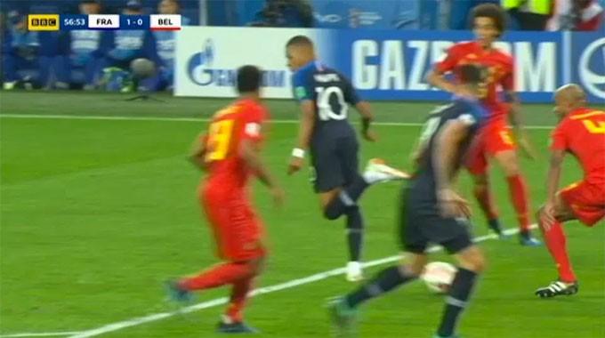 Hàng thủ Bỉ hoàn toàn bị loại bỏ, Giroud có cơ hội đối mặt với thủ môn Courtois nhưng anh dứt điểm hỏng ăn.
