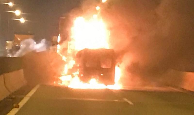 Ô tô khách và xe container cùng cháy lớn sau va chạm, 2 người thiệt mạng