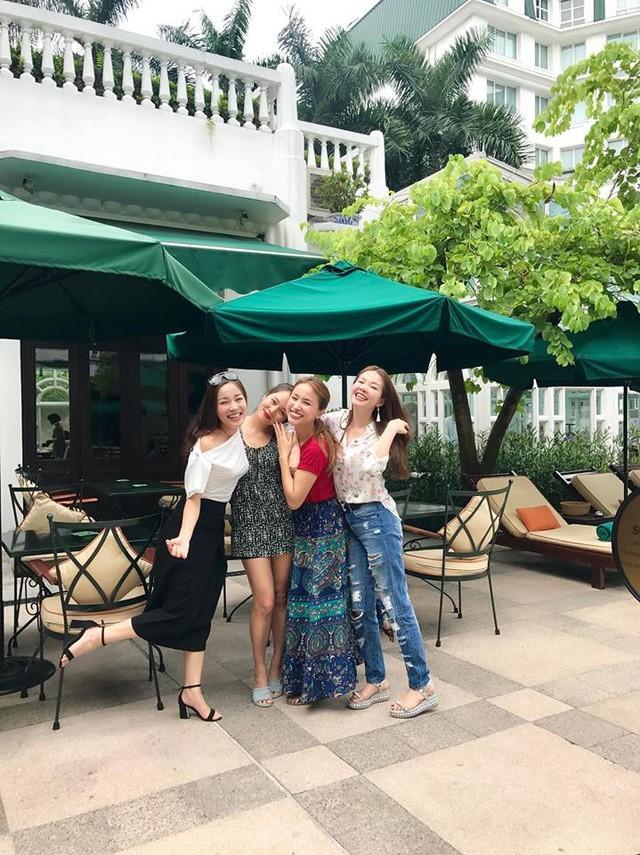 Mới đây, nữ diễn viên, BTV Minh Hương bất ngờ chia sẻ hình ảnh về cuộc hội ngộ bất ngờ của bộ tứ sau 12 năm tại Hà Nội. Sau 12 năm, 4 nữ diễn viên vẫn trẻ trung bất ngờ và nhan sắc ngày càng hoàn thiện qua năm tháng.