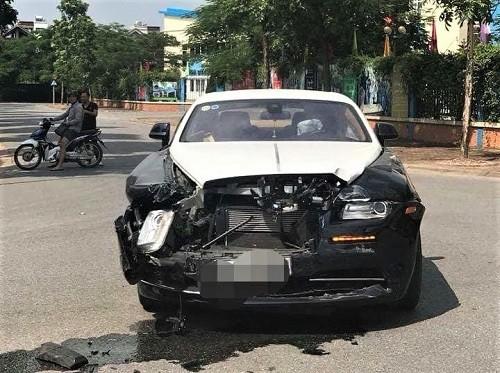 Siêu xe Rolls-Royce bị hư hại phần đầu. Ảnh: P.T