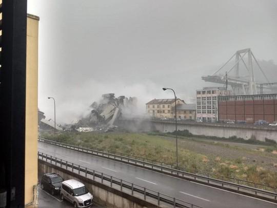 Sập cầu trên đường cao tốc, ít nhất 10 người chết - Ảnh 1.
