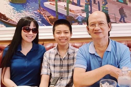 Hoa hậu Thiên Nga cùng con trai và chồng, lúc anh còn sống.