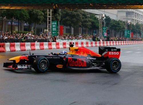 Xe đua F1 lần đầu chạy biểu diễn ở TP HCM tháng 5/2018. Ảnh: Bảo Lam.