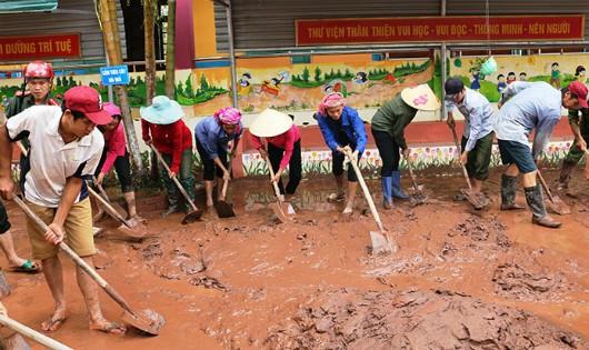 Nước bẩn nhấn chìm đường, bùn lầy 'lấp' sân trường Nậm Pồ sau lũ dữ