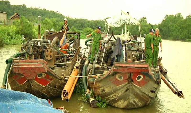 Quên mình 'chiến đấu' với cát tặc trên sông Đồng Nai