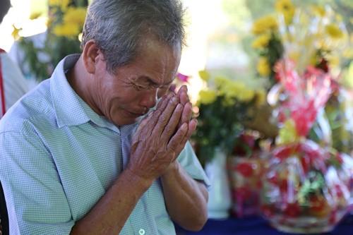 Ông Nguyễn Văn Thuận, em trai liệt sĩ Hưng rơi nước mắt khi tìm thấy liệt sĩ anh trai. Ảnh: Hoàng Táo