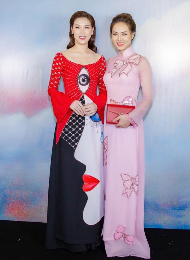 Ngọc Hà chia sẻ Công Lý đang bận đóng phim nên cô dự sự kiện cùng Hoa hậu Áo dài Phí Thuỳ Linh. Hai người đẹp trò chuyện vô cùng thân thiết.