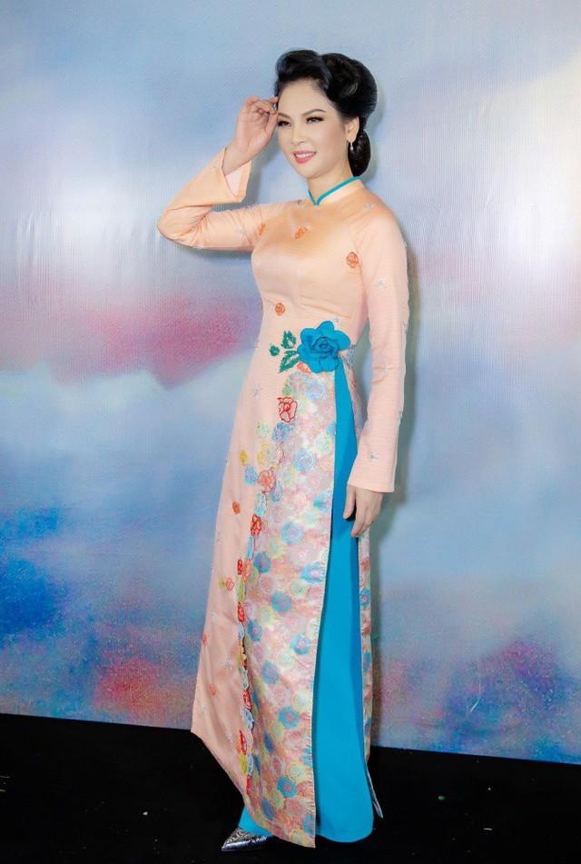 Mặc dù mạo hiểm sinh con ở tuổi ngoài 50 nhưng Thủy Hương vẫn sở hữu vóc dáng đáng ngưỡng mộ và thậm chí còn được khen ngày càng nhuận sắc.