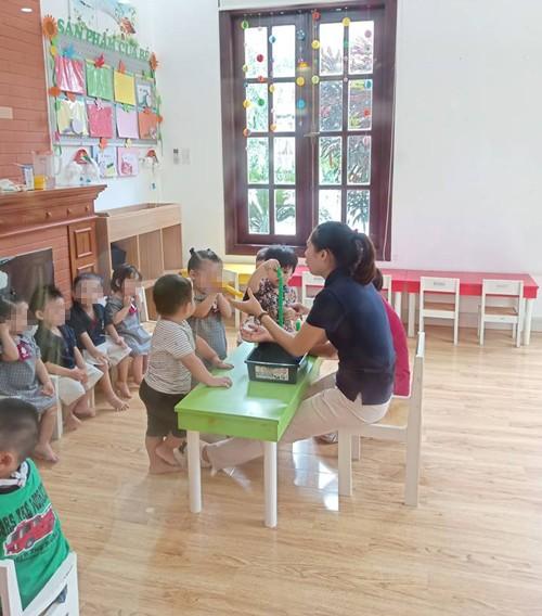 Con trai Ngọc Lan hào hứng tham gia vào hoạt động ở lớp trong buổi học thử.