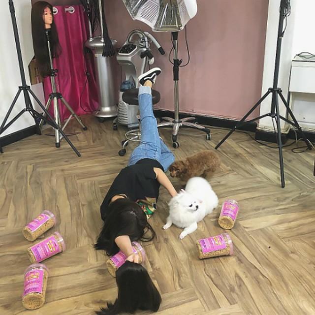 Diệu Nhi hưởng ứng trào lưu ngã sấp mặt đang hot trên mạng xã hội với phong cách lầy lội quen thuộc khi chỉ có chú cún của mình và thức ăn của nó.