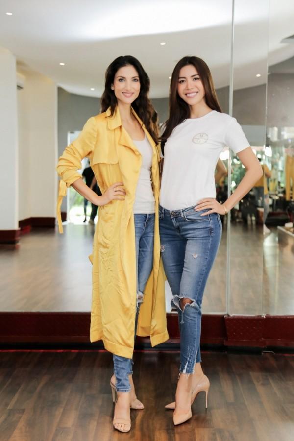 Minh Tú (phải) tập luyện cùng Cindy Bishop - giám khảo chương trình Asias Next Top Model.