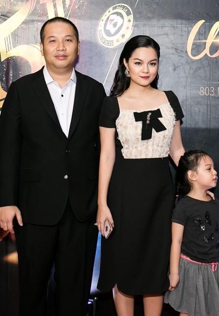 Phạm Quỳnh Anh và Quang Huy cùng con gái tại sự kiện của công ty vào tháng 8/2017. Đây cũng lần cuối khán giả được thấy hai vợ chồng xuất hiện chung trước công chúng.