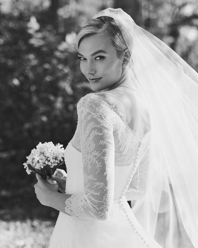 Hôn lễ của cặp đôi giàu có chỉ có 80 khách mời tham dự và sau đám cưới người đẹp mới báo tin vui với fans