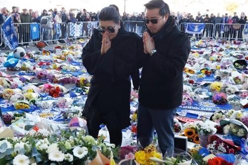 Aiyawatt cùng mẹ, bà Aimon tới sân King Power để tưởng niệm người cha Vichai vừa mất. Ảnh: EPA.