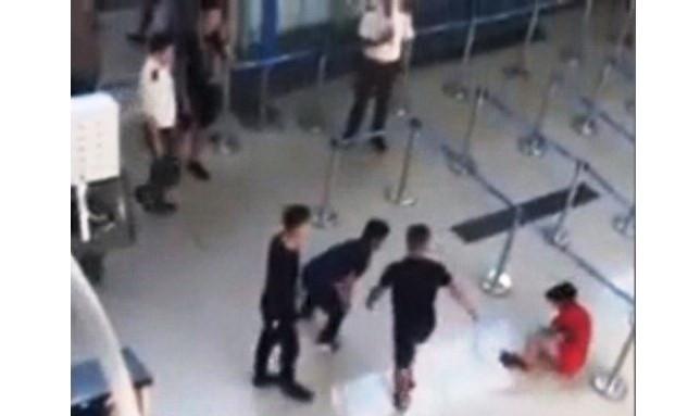 Phạt nhân viên an ninh 'đứng nhìn' nữ nhân viên hàng không bị đánh