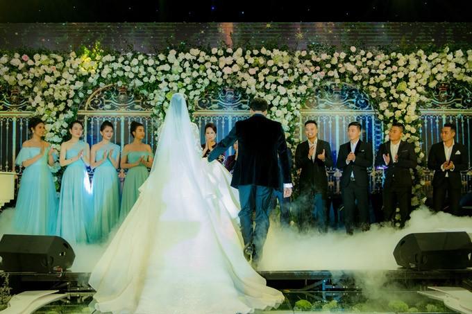 Á hậu Thanh Tú và chồng đại gia liên tục âu yếm trong tiệc cưới - 9