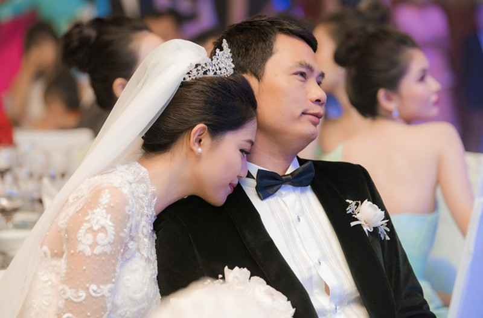 Á hậu Thanh Tú và chồng đại gia liên tục âu yếm trong tiệc cưới - 4