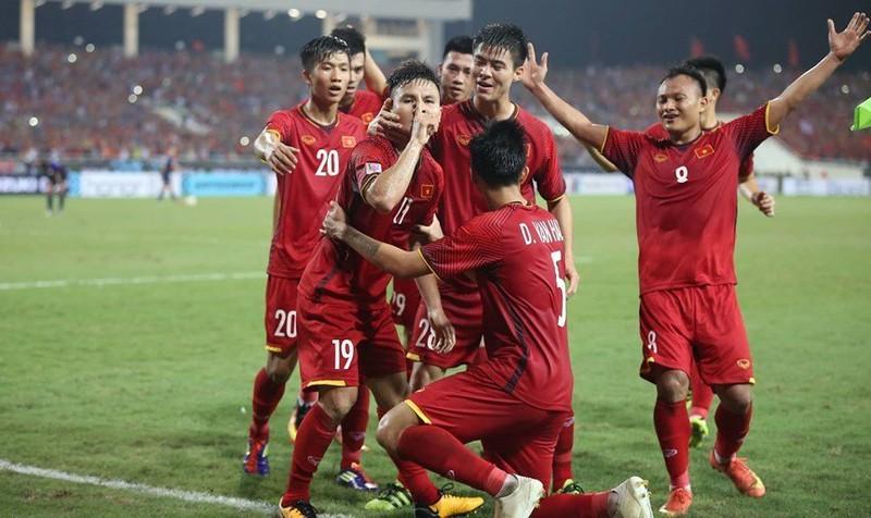 Việt Nam vào chung kết, Thủ tướng Nguyễn Xuân Phúc cười rạng rỡ trên khán đài