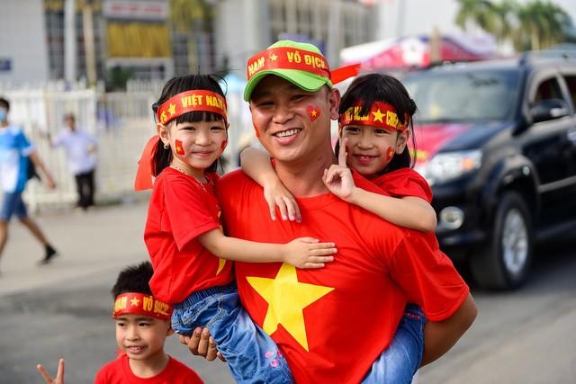 Anh Nam (Hà Nội) cho biết tôi đưa cả gia đình cùng tham gia diễu hành cổ vũ cho đội tuyển Việt Nam. Tôi dự đoán Việt Nam sẽ giành chiến thắng 2-0 trước đội Philippines.