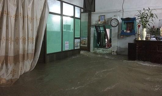 Nước mưa đẩy sập tường nhà, cuốn 3 người, mẹ chết, con gái mất tích