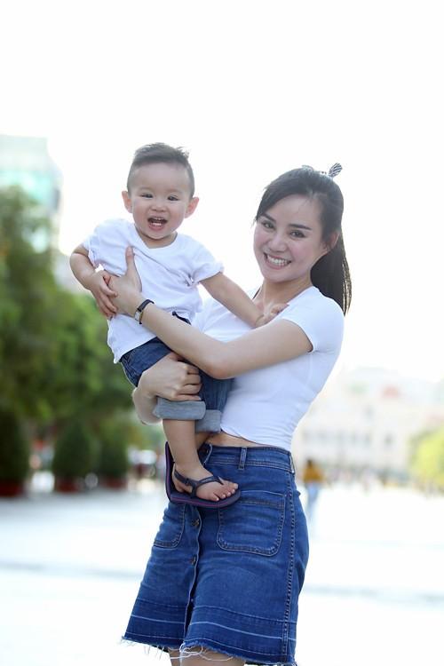 Con trai Vy Oanh lần đầu lộ diện trước công chúng hồi tháng 5/2016.