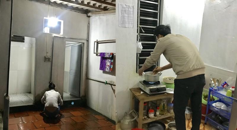 Chồng chị Khiết được nghỉ Tết, phụ nấu cơm để chị kịp giờ tăng ca.