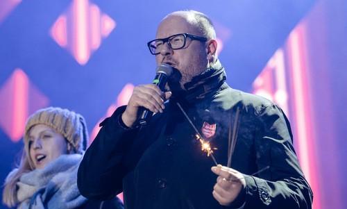 Thị trưởng Adamowicz đứng trên sân khấu trước khi bị tấn công. Ảnh: AFP.