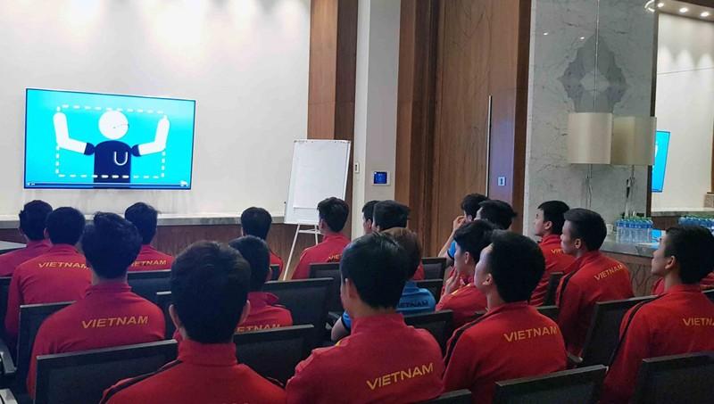 Điều ít biết về trợ lý đặc biệt của trọng tài trận tứ kết Việt Nam - Nhật Bản
